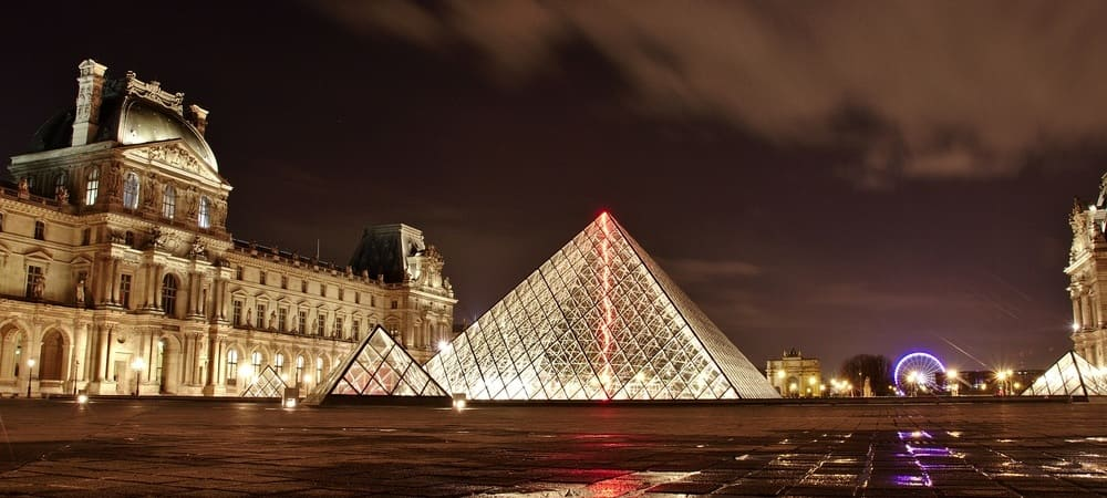 El museo del Louvre por la noche