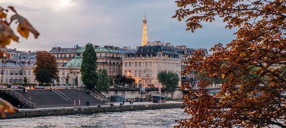 La torre eiffel desde la otra orilla del río Sena