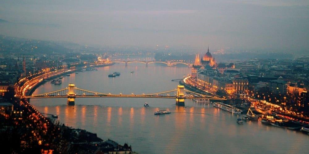 Vista aérea del Danubio alatardecer. Sigue leyendo para conocer el tiempo, temperatura y clima de esta época.