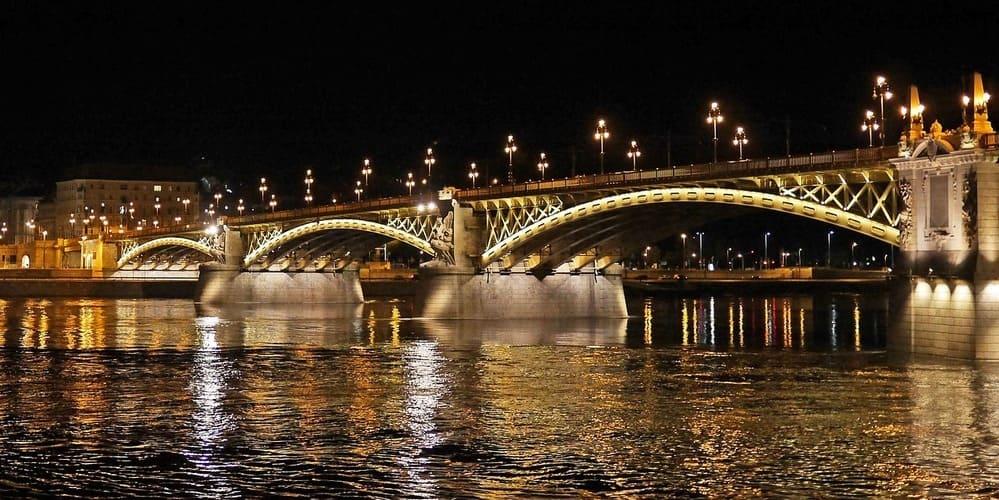 Vistas desde un crucero en el Danubio. Sigue leyendo para conocer el tiempo , clima y temperatura de Budapes