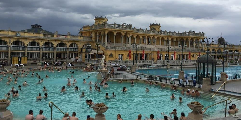 Báñate en las aguas termales del Balneario Szechenyi. Sigue leyendo para saber el tiempo, clima y temperatura en Budapest este enero