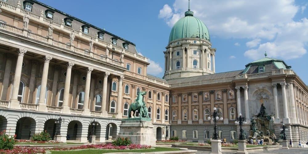 Vista frontal de la fachada del Castillo de Buda. Sigue leyendo para conocer más lugares que ver en Budapest en 3 días.
