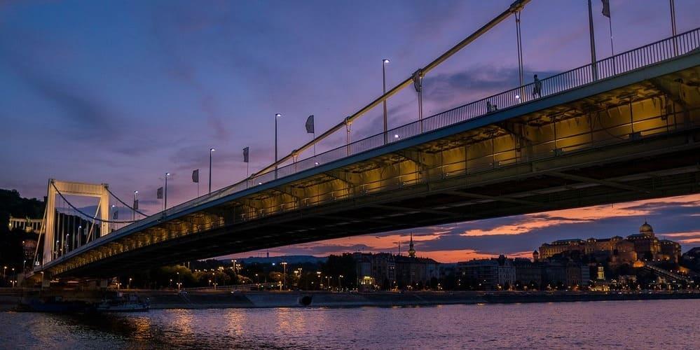 Vista del Puente de las Cadenas desde el río. No te pierdas el tiempo, clima y temperatura en Budapest en Marzo.