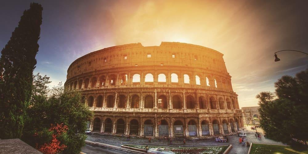 Vista frontal del Coliseo Romano al Amanecer, sigue leyendo para saber el tiempo, clima y temperatura en Roma este enero.