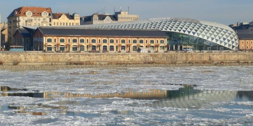 Vista del Danubio congelado reflejando los edificios de su orilla.