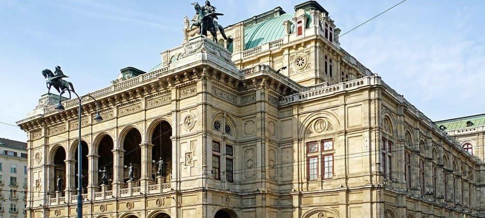 Vista frontal de la Opera House de Viena. No te pierdas esta escapada durante tu viaje.