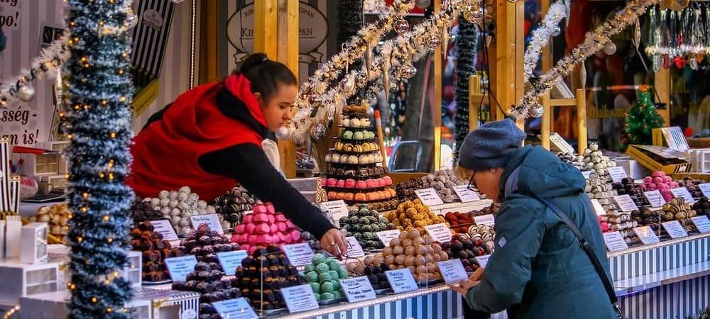 Puesto del mercadillo navideño de la ciudad. ¡Prueba alguno de los snacks típicos de Hungría!