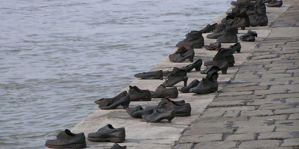 """Monumento de """"Zapatos"""" a la orilla del Danubio."""