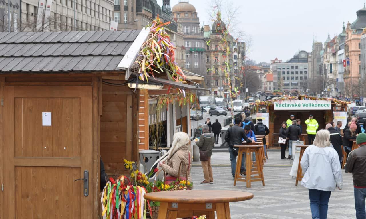 Los mercadillos navideños atraen muchos turistas a Praga