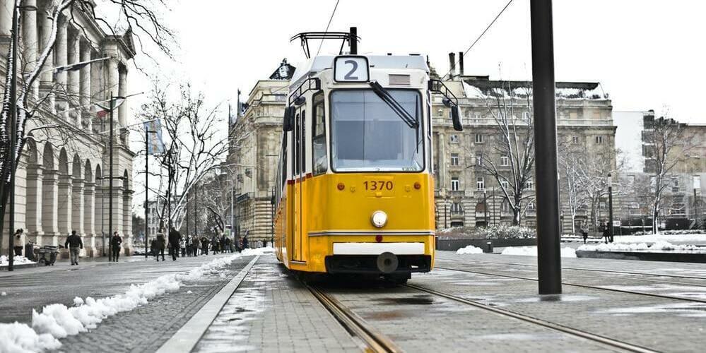 Imagen de un tranvía tras una nevada en Budapest en Navidad