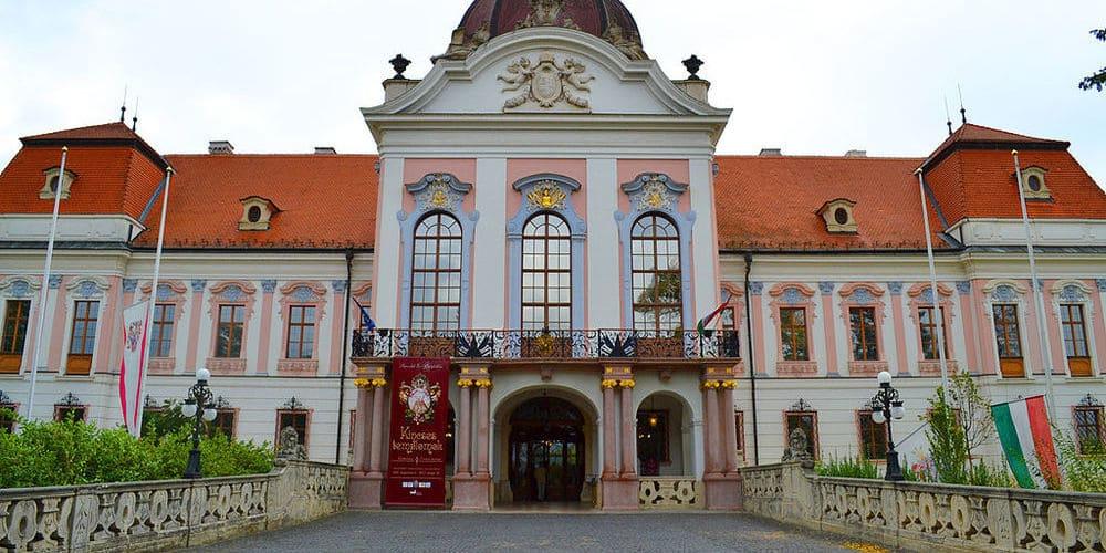 Vista de la fachada del Palacio Real de Gödöllo.