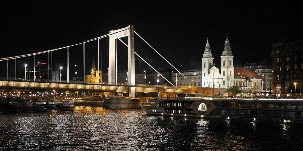 Vista de Budapest iluminado desde el río Danubio