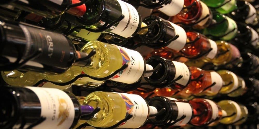 Imagen de los vinos en bodega. No te pierdas las catas de vino en los viñedos de Budapest.