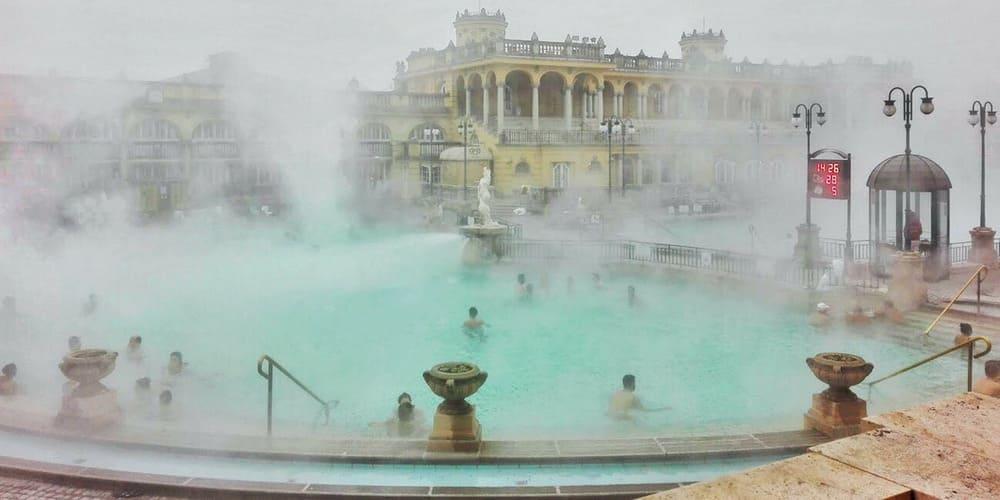 Toma un baño tema en Szechenyi en Budapest durante el invierno. Una experiencia inolvidable.