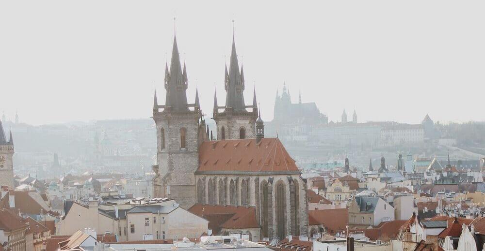 Iglesia de Nuestra Señora de Tyn con el Castillo de Praga al fondo