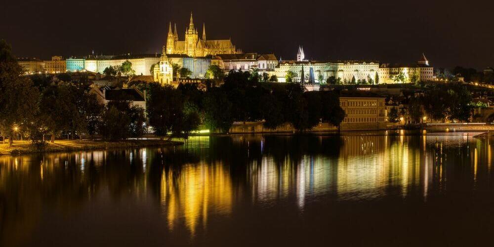 Vista nocturna de Praga desde el rio Moldava