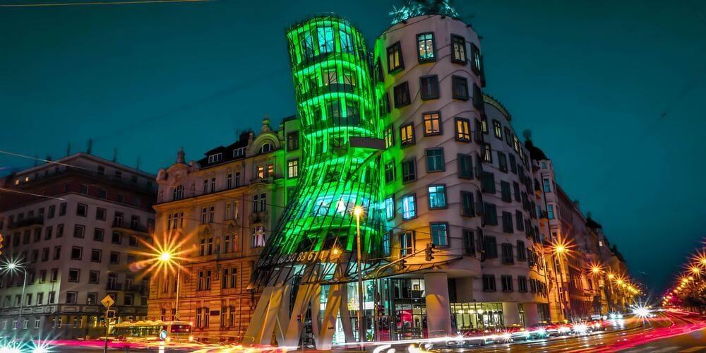 Casa Danzante de Praga iluminada