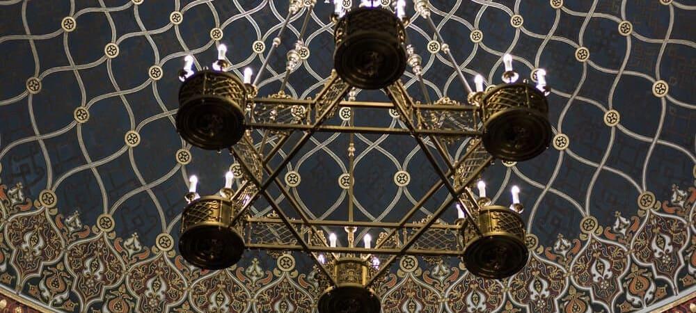Imagen de uno de los candelabros de las sinagogas del Barrio Judío de Praga.