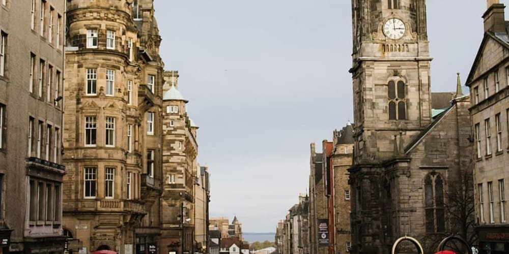 Vista de Royal Mile en Edimburgo, sigue leyendo para conocer el tiempo, clima y temperatura en Edimburgo en diciembre