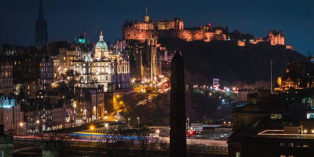 Noche en Edimburgo, sigue leyendo para conocer más sobre el tiempo clima y temperatura en Edimburgo en Enero.