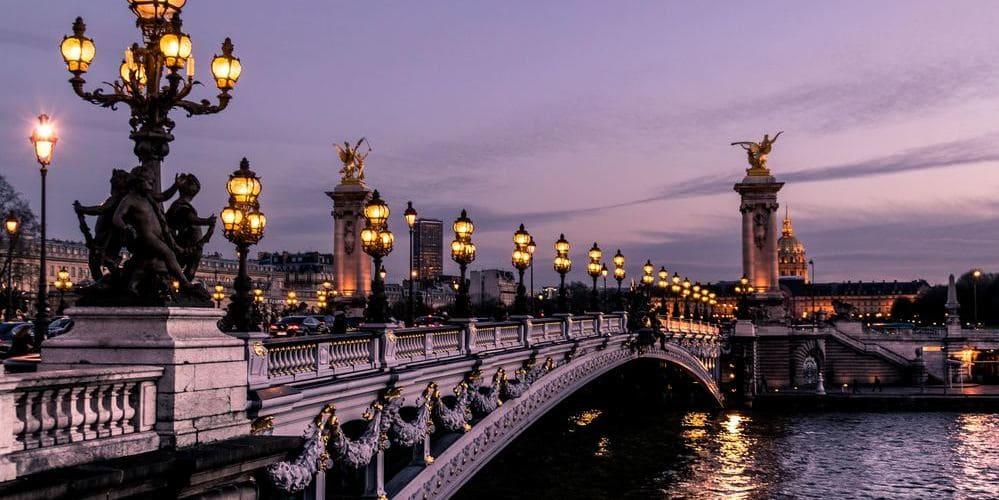 Plano de puente bajo el tiempo, clima y temperatura en París en febrero.