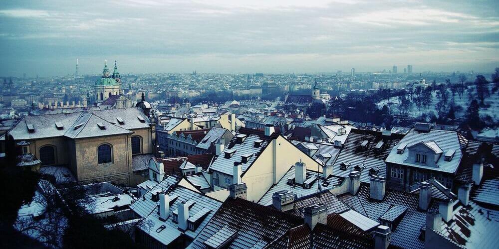 Amanecer sobre Praga nevado. Sigue leyendo para conocer todo sobre el tiempo, clima y temperatura en Praga este enero.