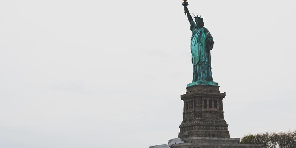 Imagen panorámica de la Estatua de la Libertad de Nueva York en Ellis Island.