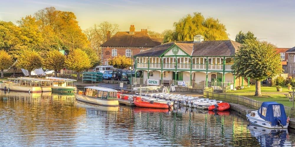 Embarcadero del río Avon en Stratford-Upon-avon durante una excursión desde Londres