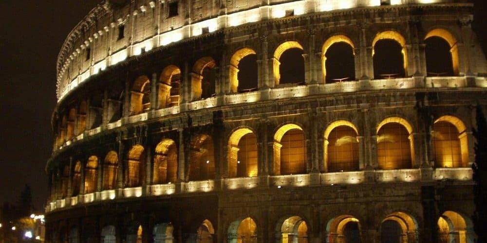 Imagen del Coliseo iluminado durante la noche