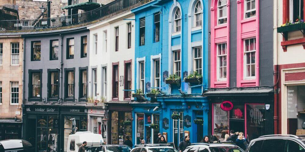 Una de las calles principales de Edimburgo que verás durante un Free Tour.
