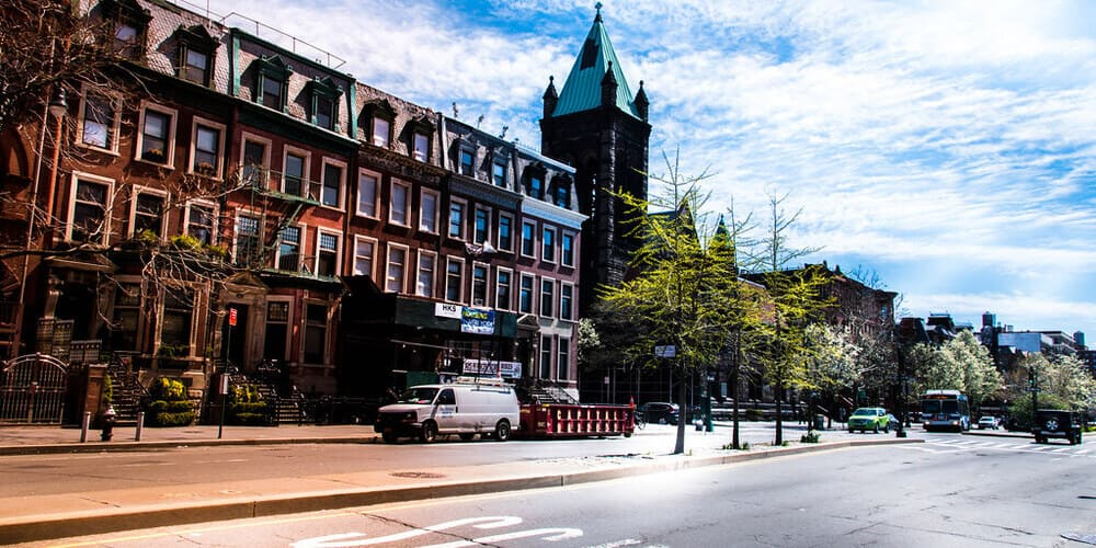 Imagen de las calles del barrio de Harlem, que verás en una de las excursiones desde Nueva York centro con un Tour de contrastes.