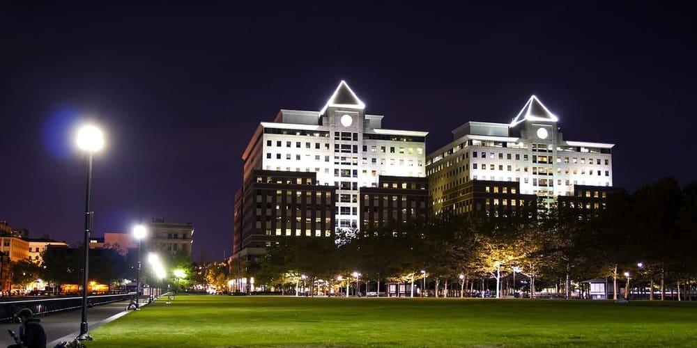 Vista nocturna de la fachada de los edificios dedicados a Frank Sinatra.