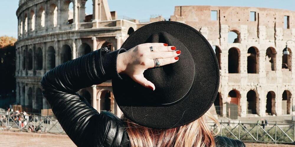 Imagen de una mujer en su visita a la Antigua Roma, no pierdas la oportunidad y descubre como comprar las entradas al Coliseo.