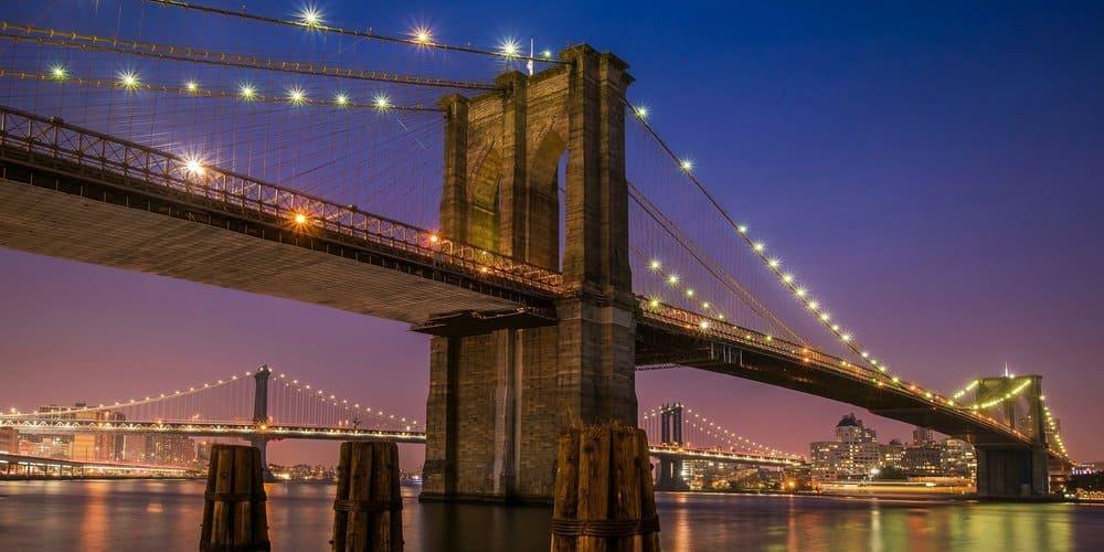 Panorámica del Puente de Brooklyn durante la noche.