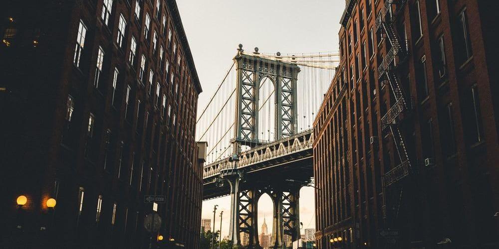 Imagen del Puente de Brooklyn desde las calles de Nueva York.