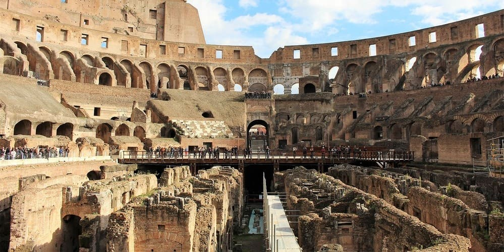 Imagen del foso del Coliseo. Durante la visita al Coliseo de noche se baja a ver esta zona del monumento.