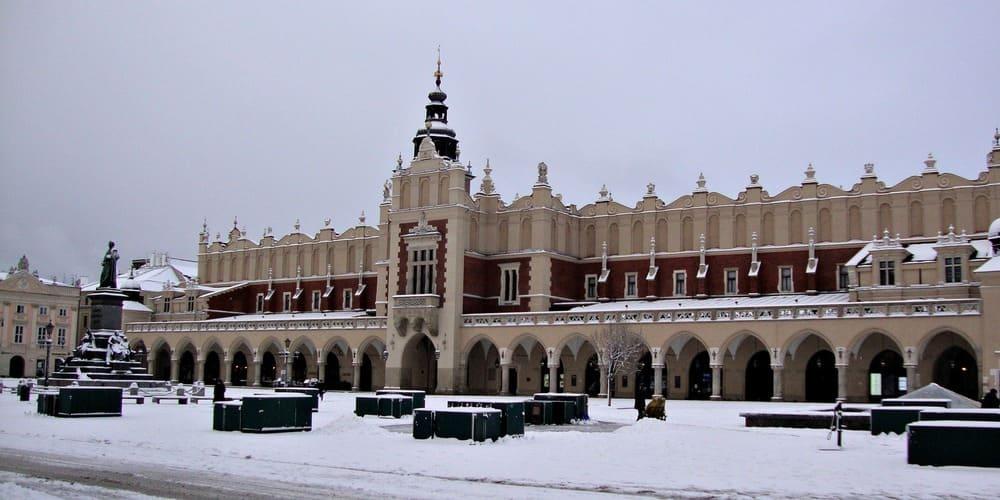 Mercado de los Paños en Cracovia rodeado de nieve en febrero por la baja temperatura y el tiempo tormentoso.