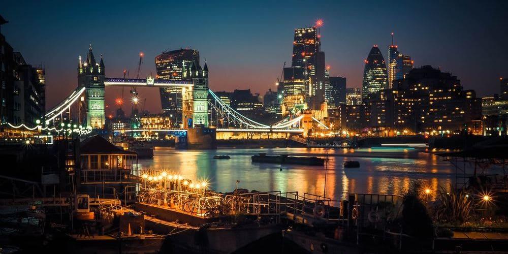 Panorámica del Londres nocturno. Sigue leyendo para conocer el tiempo, clima y temperatura de Londres este febrero.