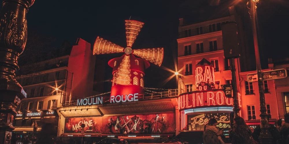Fotografía de la fachada del Moulin Rouge de París.