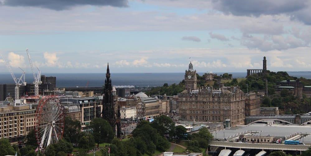 Descubre el tiempo y temperatura en Edimburgo que te espera en diciembre.