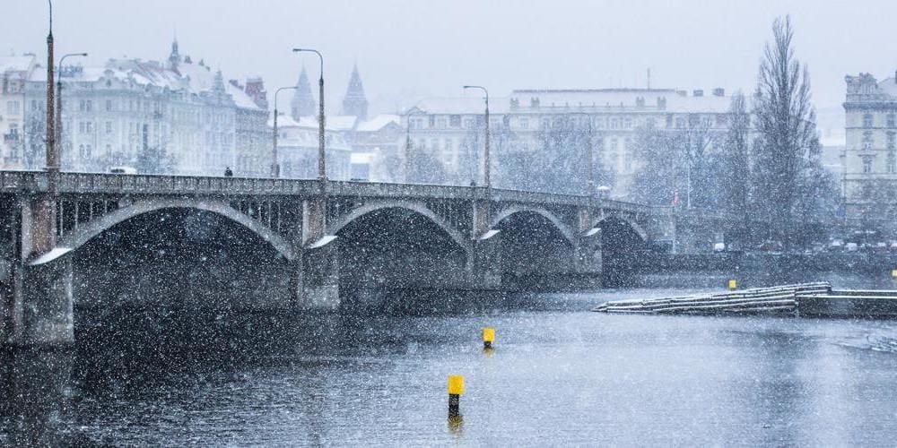 Nevada sobre el puente de Praga.