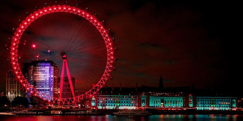 Vista panorámica del London Eye iluminado durante la noche.