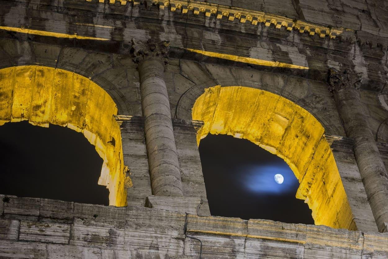 Visita el Coliseo Romano de noche con un tour guiado en español
