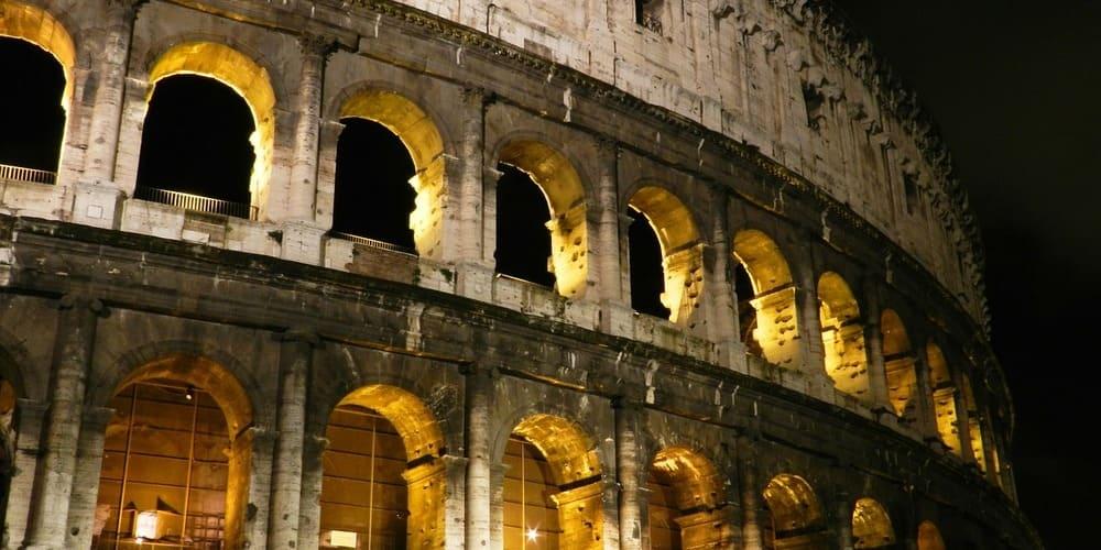 Vista nocturna de la fachada del Coliseo