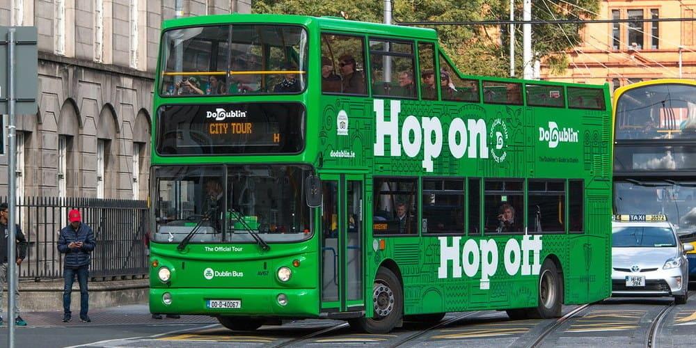 Fotografía del bus turístico de Dublín.