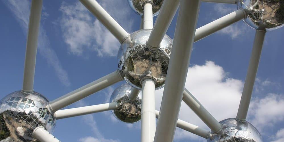 Imagen del Atomiun, uno de los monumentos que se visitan acorde al tiempo, clima y temperatura en Bruselas en marzo.