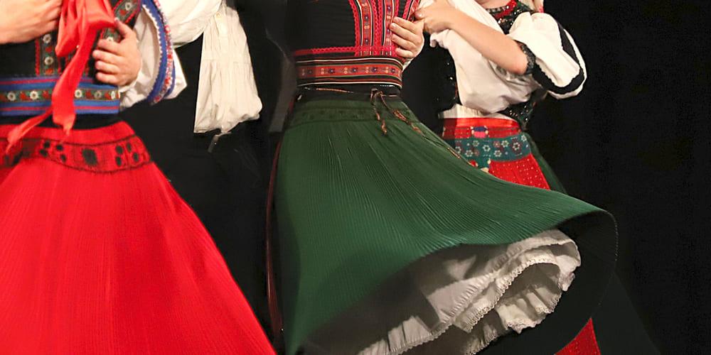 Fotografía en detalle de las vestimentas para utilizadas para realizar los espectáculos de Folclore Húngaro. Refúgiate del tiempo, clima y temperatura en Budapest durante febrero.