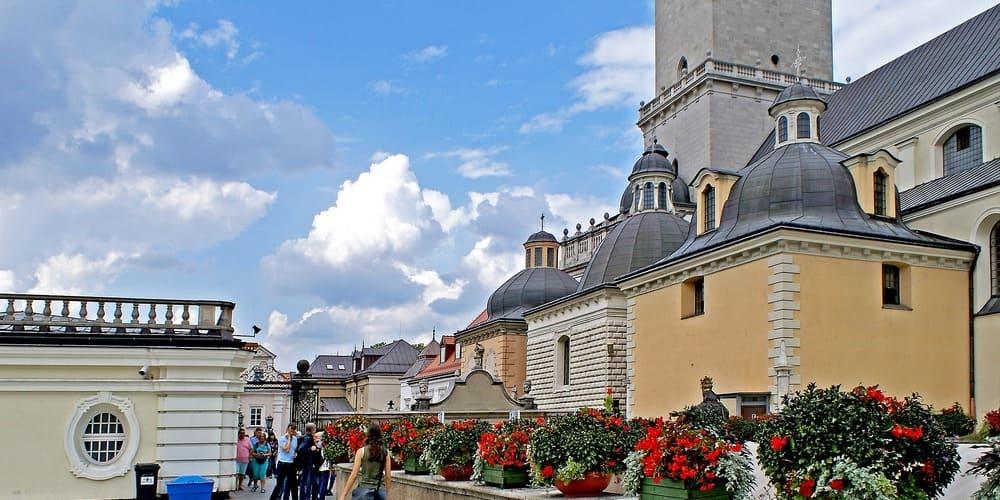 Turistas disfrutando del buen tiempo en el monasterio Jasna Góra en Cracovia.