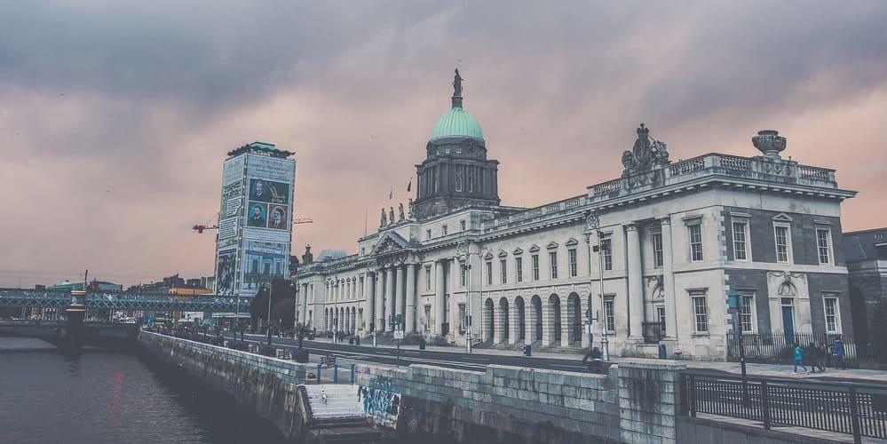 Imagen de uno de los monumentos de Dublín durante un crucero por el Liffey.