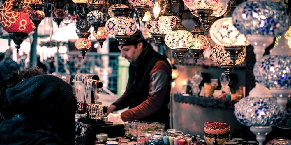 Imagen de uno de los puestos del Gran Bazar. Sigue leyendo para conocer el tiempo, clima y temperatura en Estambul en Febrero.
